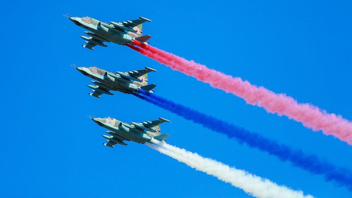 Российские военные самолеты в небе в день Победы 9 мая