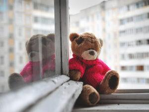 плюшевый мишка на окне