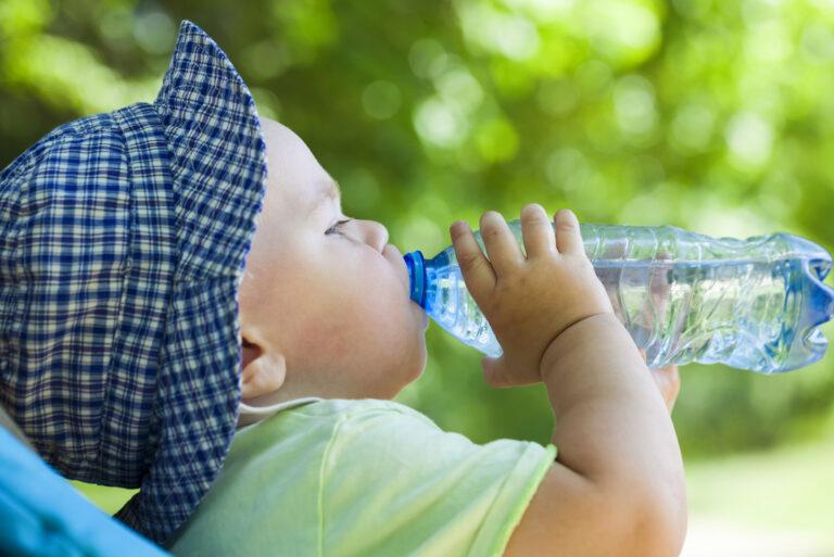 Почему малыш пьет много воды?